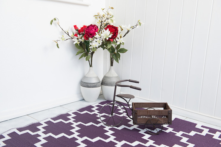 INDOOR/OUTDOOR, PLASTIC SOLITUDE RUG ITALIAN PLUM AND WHITE: modern  by Green Decore, Modern Plastic