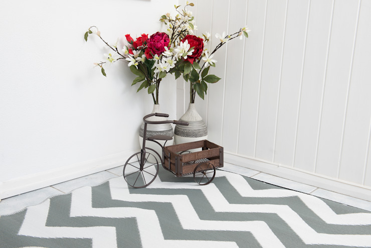 INDOOR/OUTDOOR, PLASTIC PSYCHEDELIA GREY AND WHITE RUG: modern  by Green Decore, Modern Plastic