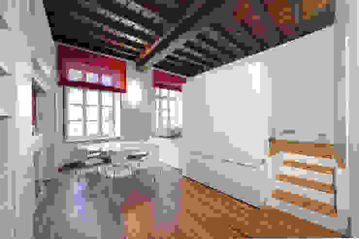Vista soggiorno con letto chiuso Sala da pranzo moderna di POINT. ARCHITECTS Moderno