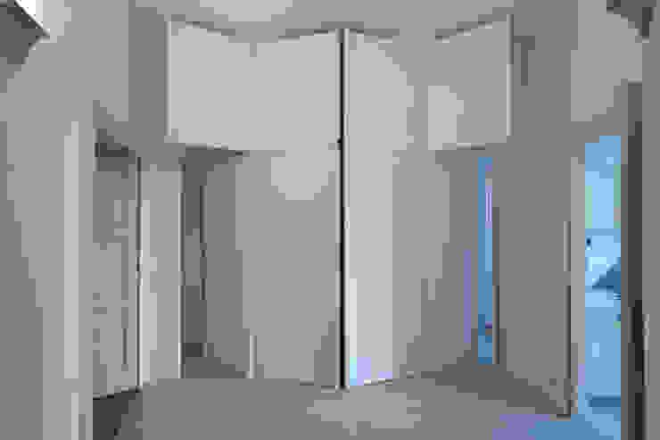 CASA T - 2010 TORINO Ingresso, Corridoio & Scale in stile moderno di POINT. ARCHITECTS Moderno