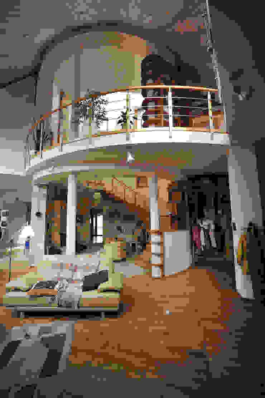 Футуристический дом Гостиные в эклектичном стиле от Миллениум Проект Эклектичный