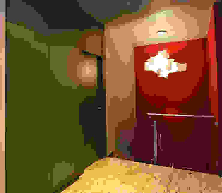 Lineas rectas Pasillos, vestíbulos y escaleras de estilo moderno de Puigdesens fusteria interiorisme Moderno