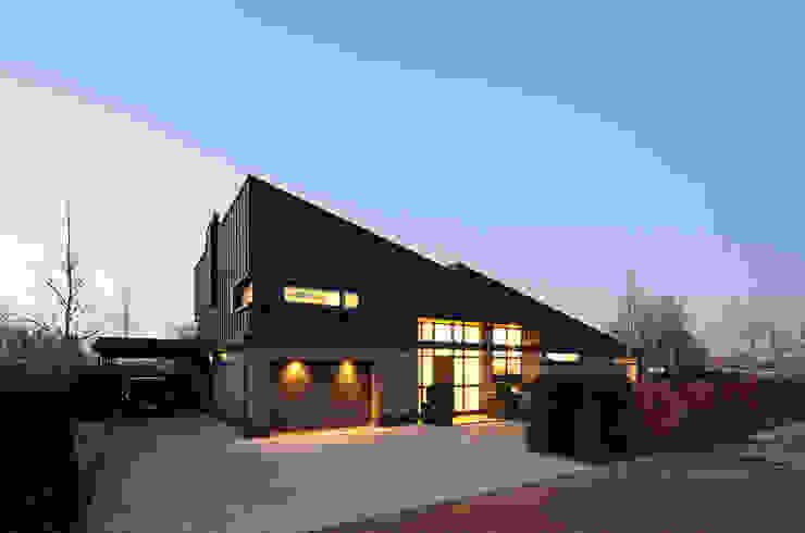 schemer Moderne huizen van Sax Architecten Modern
