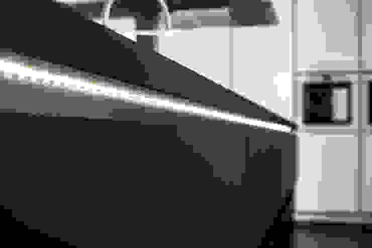 Indirekte Beleuchtung erzeugt ein ästhetisch, wohnliches Flair:  Küche von Schmidt Küchen,Modern