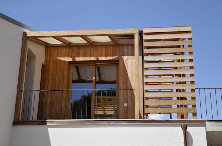 Ristrutturazione ed ampliamento di un fabbricato rurale a Suvereto (LI) mc2 architettura Balcone, Veranda & Terrazza in stile mediterraneo
