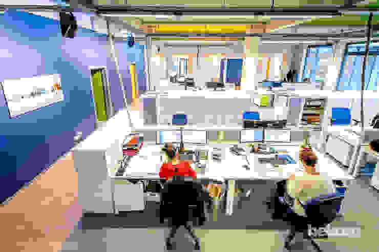 Open-space aéré et coloré Espaces de bureaux modernes par helium3 positive architecture Moderne