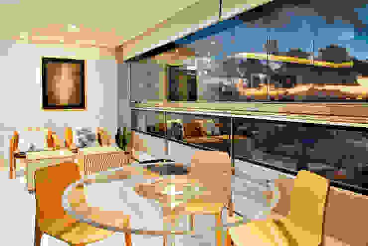 Tropical style living room by Evviva Bertolini Tropical