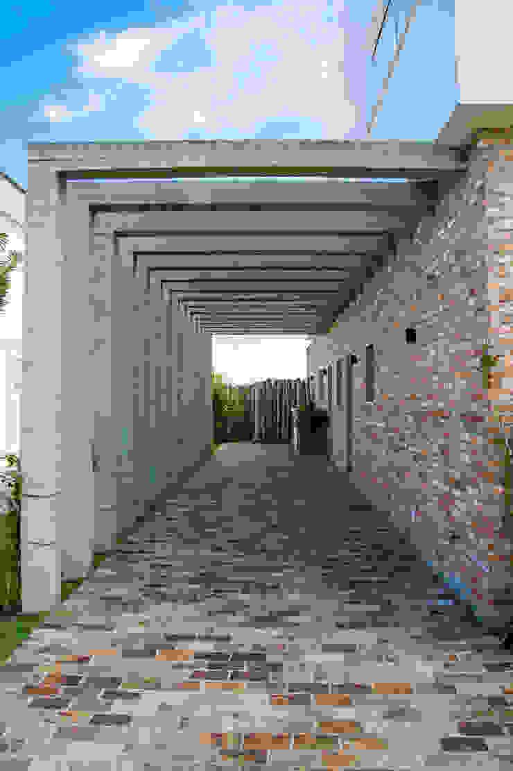 PERGOLA - ABRIGO DE VEÍCULOS Casas modernas por SBARDELOTTO ARQUITETURA Moderno