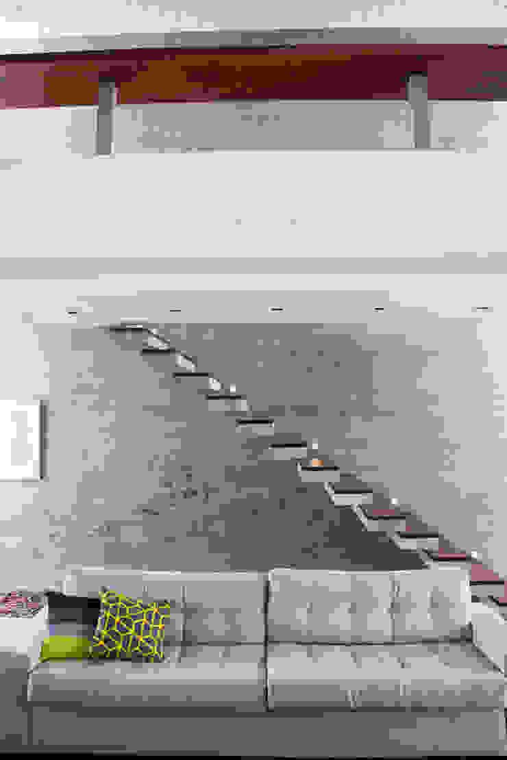 SBARDELOTTO ARQUITETURA Pasillos, vestíbulos y escaleras modernos
