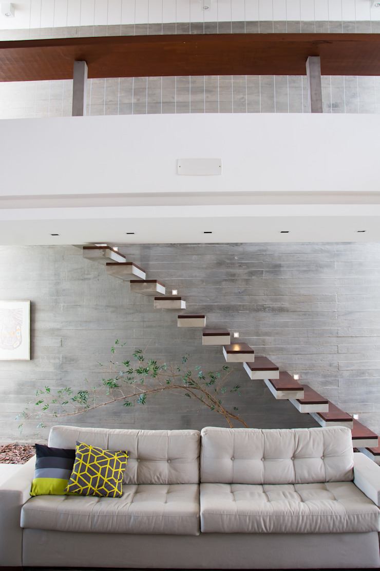 ESCADA DE CONCRETO ENGASTADA Corredores, halls e escadas modernos por SBARDELOTTO ARQUITETURA Moderno