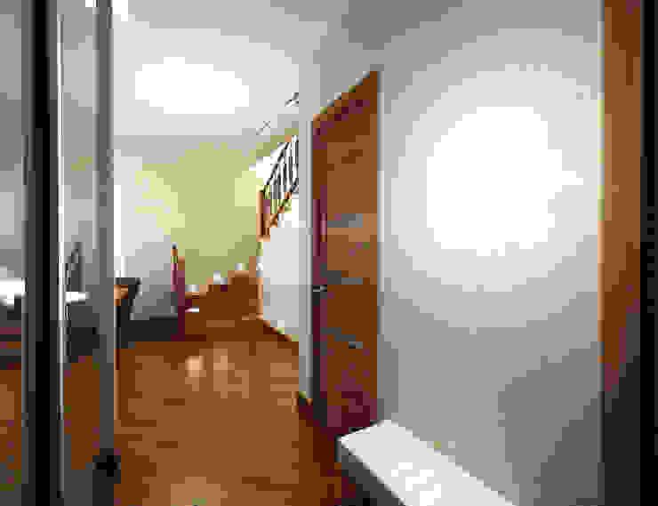 Минимализм в доме Коридор, прихожая и лестница в стиле минимализм от Дизайн студия 'Чехова и Компания' Минимализм