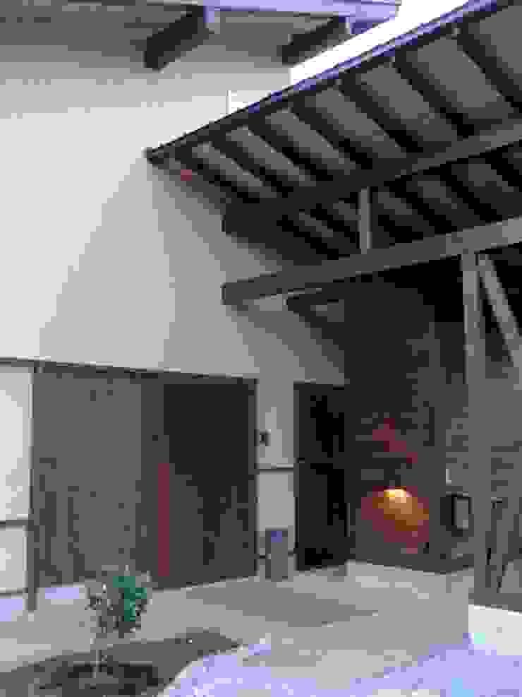 小淵沢の舎-古材の大戸を入れた玄関 オリジナルな 家 の 有限会社中村建築事務所 オリジナル