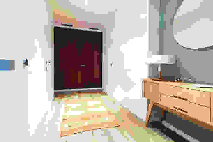 Apartamento turístico RBLA. CATALUNYA - Una espacio para disfrutar Pasillos, vestíbulos y escaleras de estilo moderno de homify Moderno