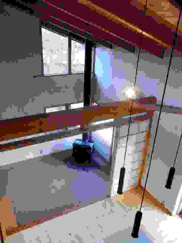 小淵沢の舎-薪ストーブのある土間 オリジナルデザインの 多目的室 の 有限会社中村建築事務所 オリジナル