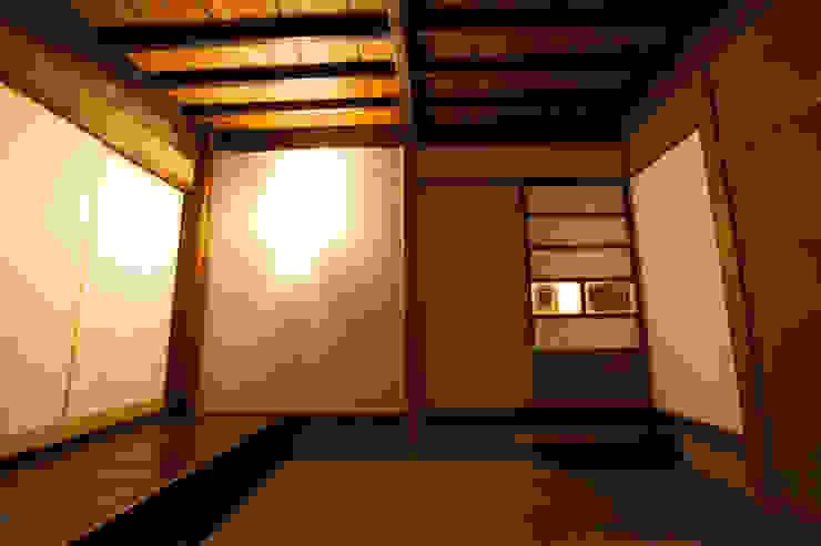 山梨の舎Ⅱ(民家再生)‐土間の玄関 和風スタイルの 壁&フローリングデザイン の 有限会社中村建築事務所 和風