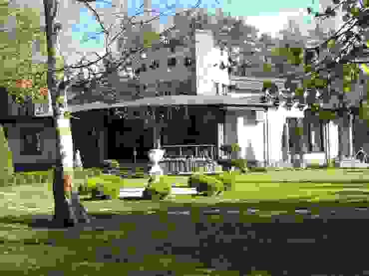 Загородный дом Дома в классическом стиле от Leonid Voronin Architect Классический