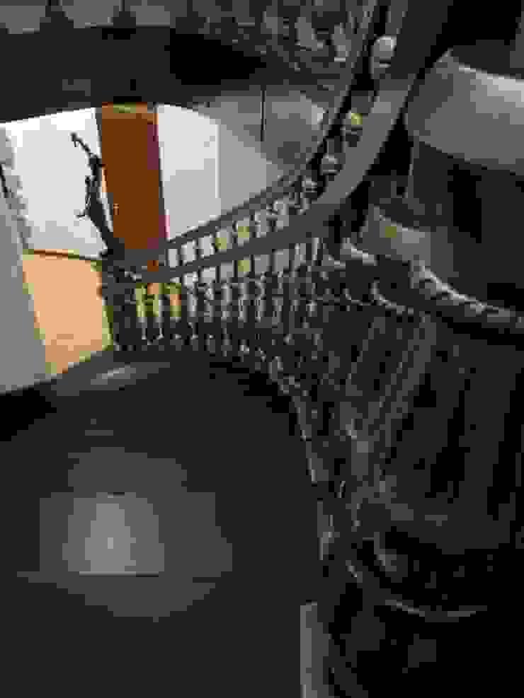 Загородный дом Коридор, прихожая и лестница в классическом стиле от Leonid Voronin Architect Классический