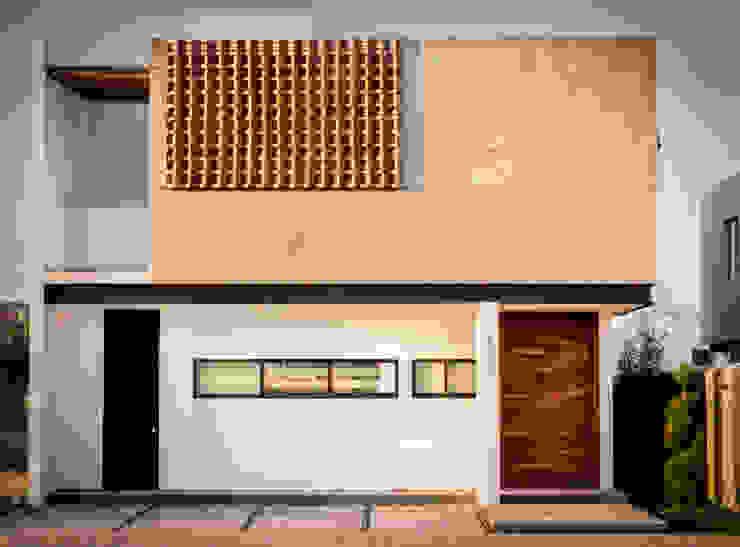 Fachada Poniente e Ingreso / Producto final Casas modernas de BANG arquitectura Moderno