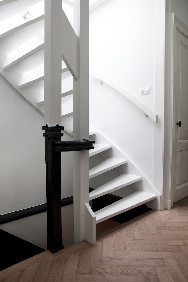 Nowoczesny korytarz, przedpokój i schody od Binnenvorm Nowoczesny