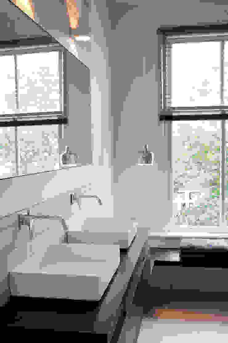 Minimalistyczna łazienka od Binnenvorm Minimalistyczny
