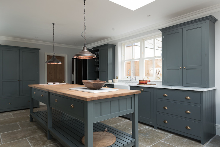 The Hampton Court Kitchen by deVOL Dapur Klasik Oleh deVOL Kitchens Klasik
