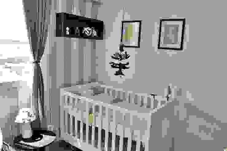 Vista do berço e papel de parede Andresa Jessita Quarto infantil moderno