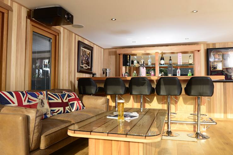 Bespoke garden cinema room with a bar Moderne Garagen & Schuppen von Crown Pavilions Modern