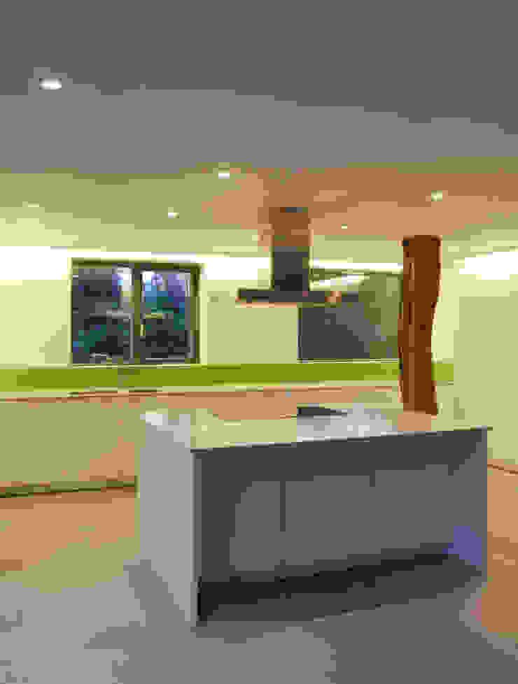 Pye Barn Kitchen Modern kitchen by David Nossiter Architects Modern