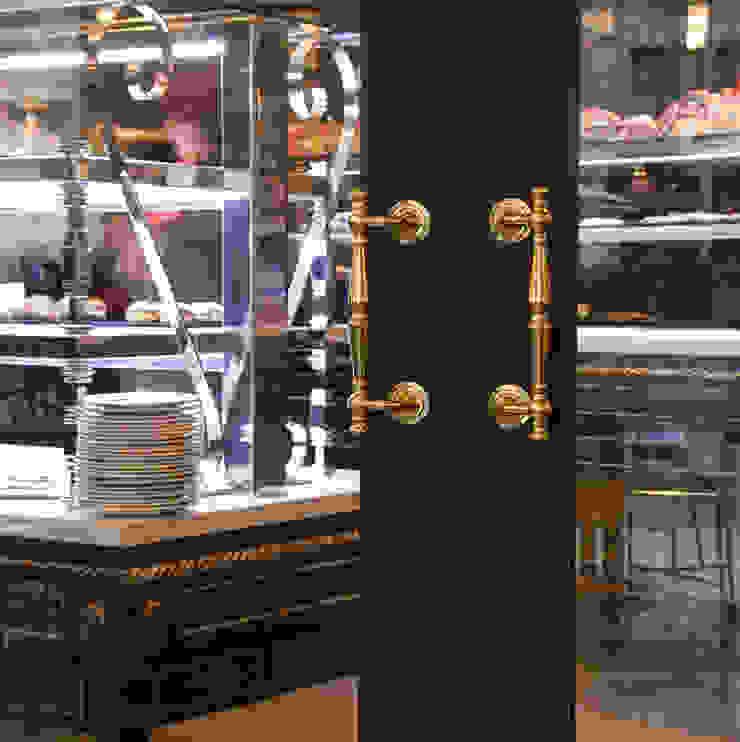 Detalle de puerta de acceso Gastronomía de estilo colonial de Carlos Martinez Interiors Colonial
