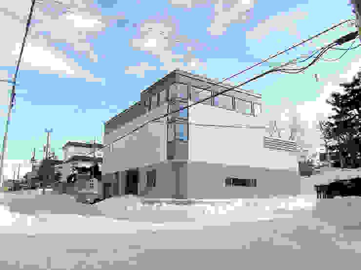 角地にたつ住宅 オリジナルな 家 の アウラ建築設計事務所 オリジナル