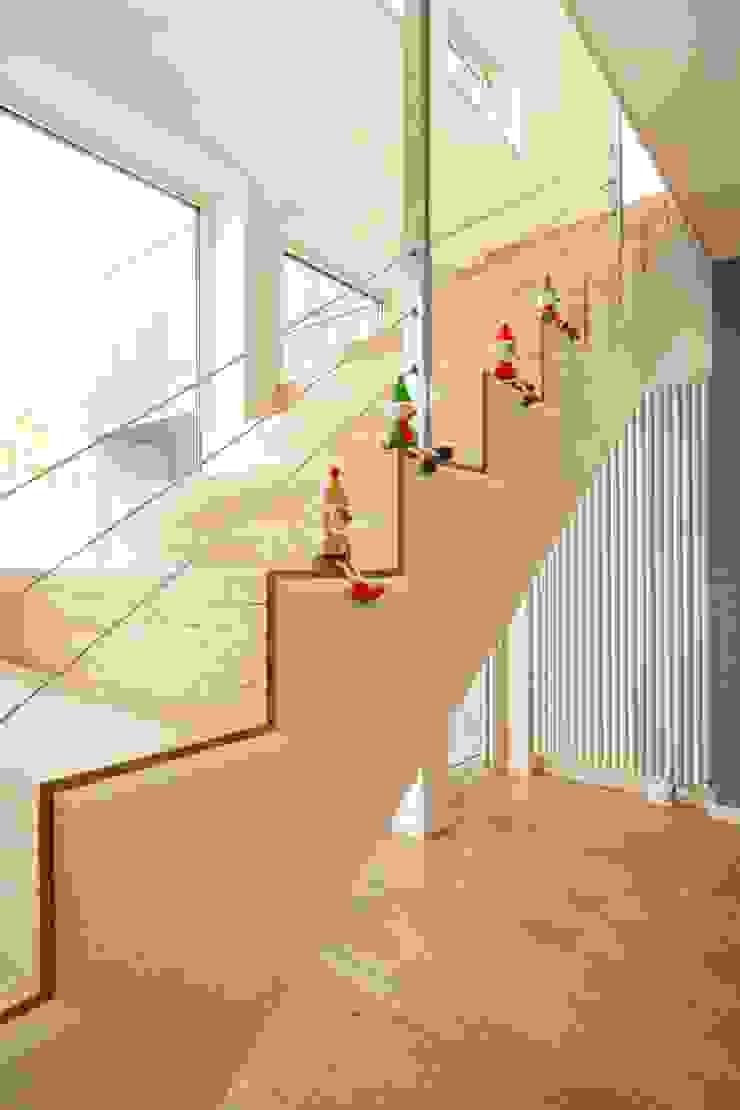 角地にたつ住宅 オリジナルスタイルの 玄関&廊下&階段 の アウラ建築設計事務所 オリジナル