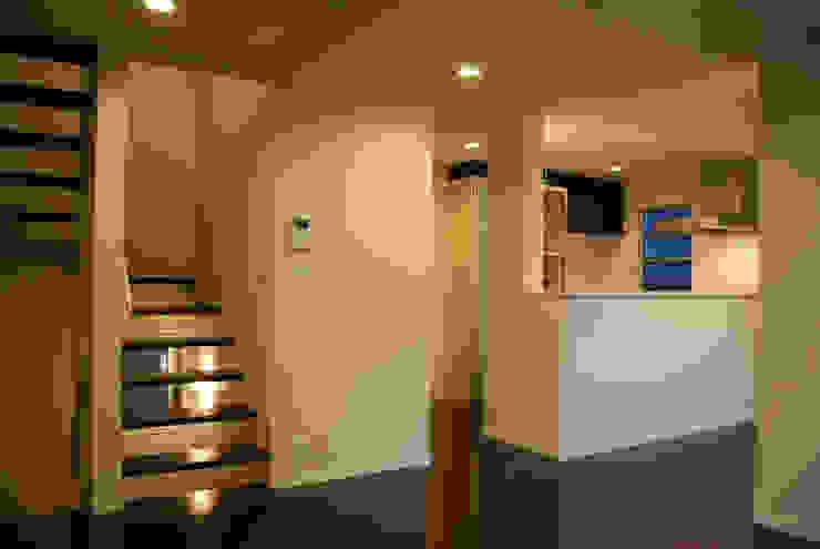 Modern Corridor, Hallway and Staircase by 奥村召司+空間設計社 Modern