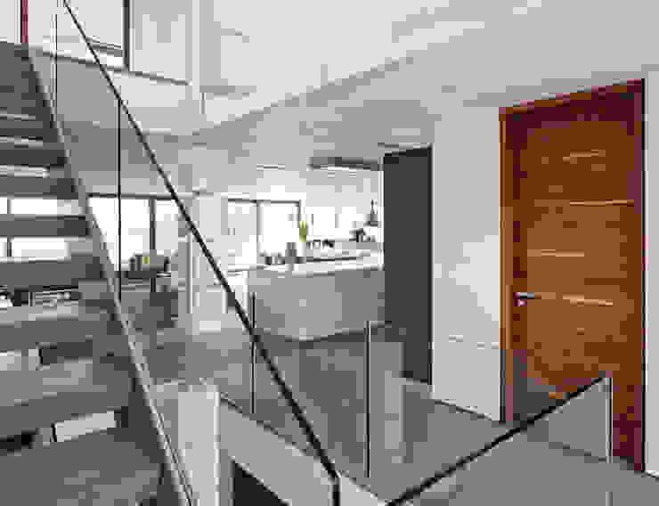 Gallery Minimalist corridor, hallway & stairs by Urban Front Minimalist