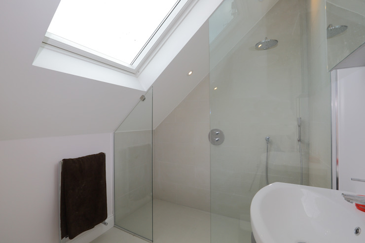 Single Storey Extension and Loft Conversion, Lance Rd Baños de estilo moderno de London Building Renovation Moderno