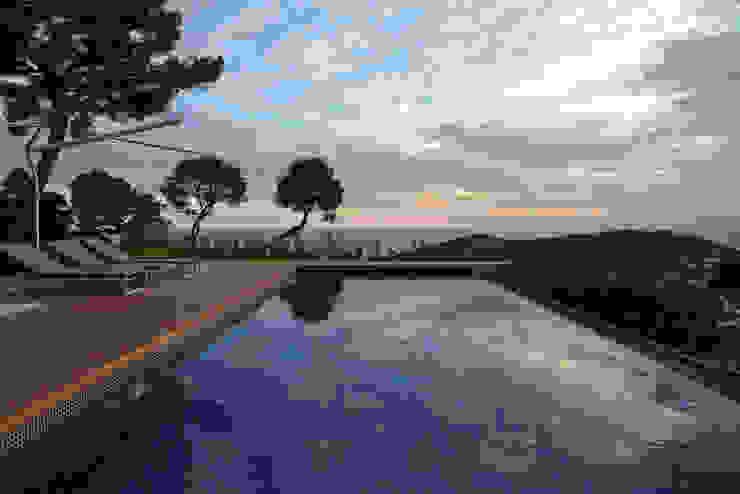 """Villa """"La Magnaneraie"""" – Villefranche-sur-mer Piscina moderna di C.A.T di Bertozzi & C s.n.c Moderno"""