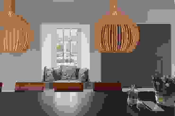 Gezellig zitje in de vensterbank bij de tafel Moderne eetkamers van Leonardus interieurarchitect Modern