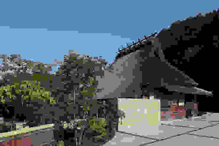 茅葺をめぐる露地と庭と。 アジア風 庭 の 和泉屋勘兵衛建築デザイン室 和風