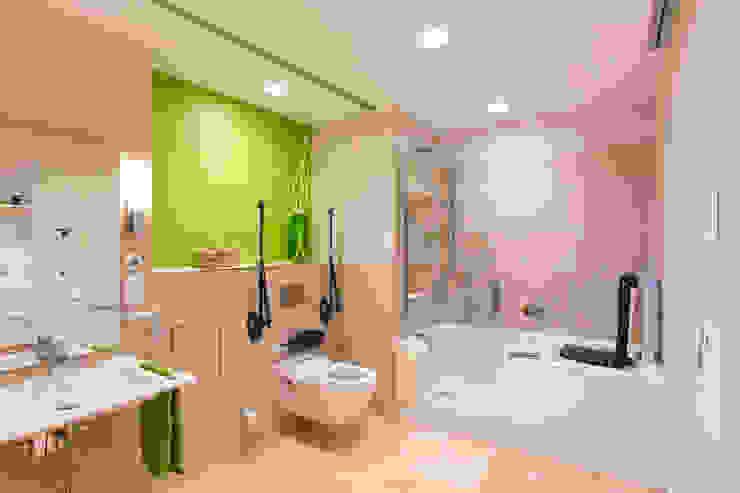 Ванная комната в стиле модерн от AAB Die Raumkultur GmbH & Co. KG Модерн