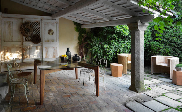 AUTOREGGENTE Table - HEXAGON Stool / Sidetable - CHARLOTTE Armchair Country style balcony, veranda & terrace by HORM.IT Country