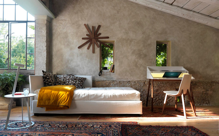 FIGI Sofa/cama de Orizzonti - WOODCLOCK Reloj - BUREAU Escritorio - RAY Chaise - ALBINO Petite table HORM.IT Cuartos de estilo rural