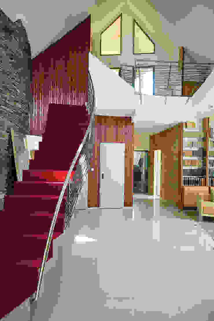 Коридор, прихожая и лестница в модерн стиле от autorskie studio architektury Модерн