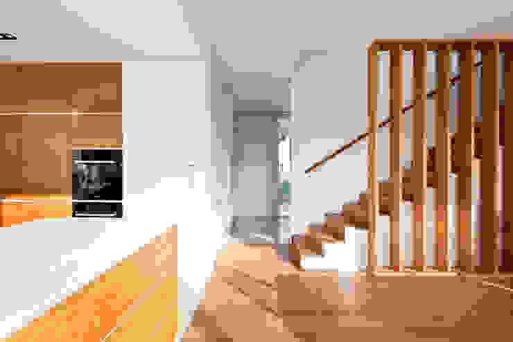 ラスティックスタイルの 玄関&廊下&階段 の Corneille Uedingslohmann Architekten ラスティック
