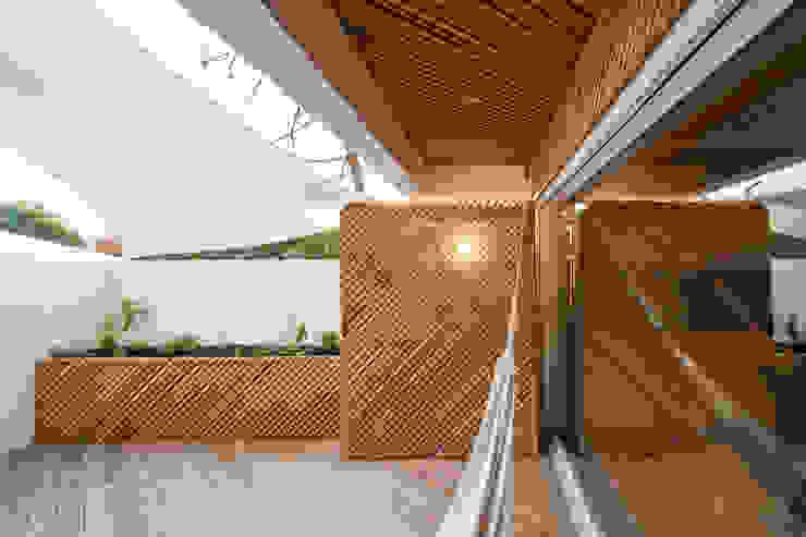 SilverWoodHouse Modern balcony, veranda & terrace by Joao Morgado - Architectural Photography Modern