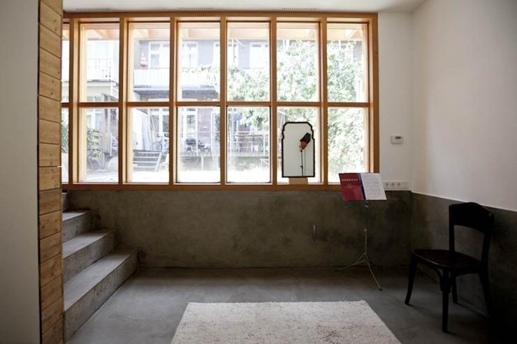 Zicht terug op tuin en woonhuis Minimalistische tuinen van Atelier Paco Bunnik Minimalistisch