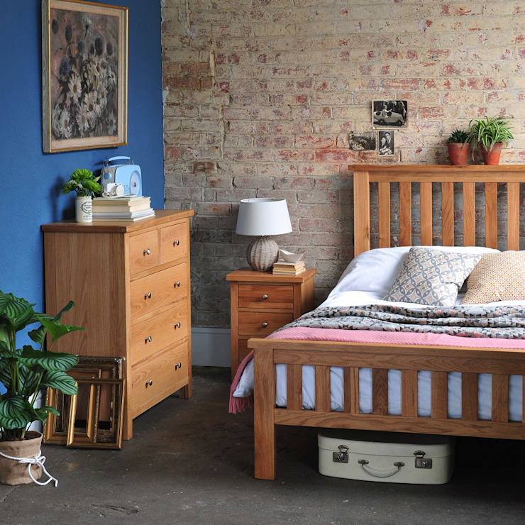 Sterling Oak Slatted Double Bed Wiejska sypialnia od The Cotswold Company Wiejski