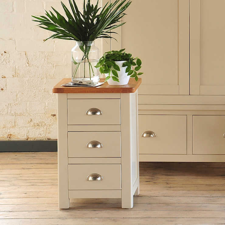 Lundy Stone Grey 3 Drawer Bedside Dormitorios rurales de The Cotswold Company Rural
