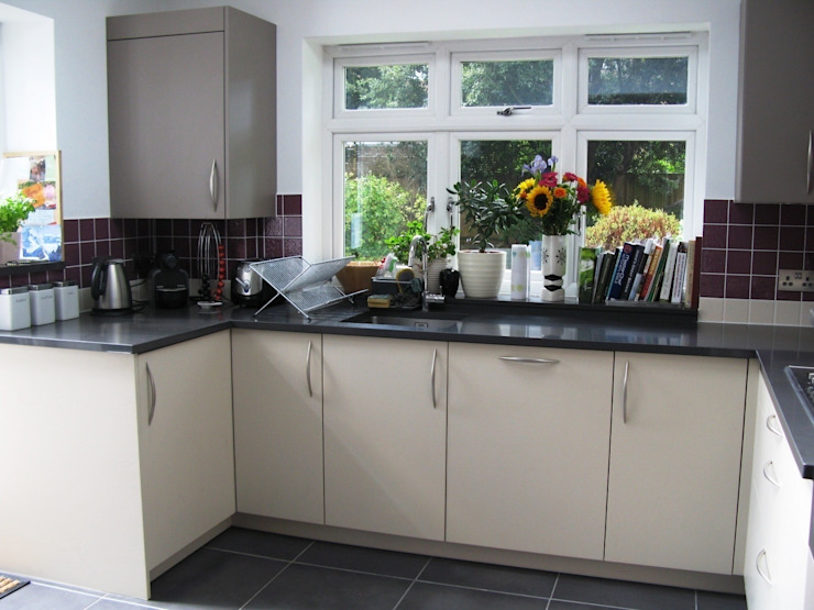 NUTMEG/MARRON GLACE Modern kitchen by Schmidt Wimbledon Modern