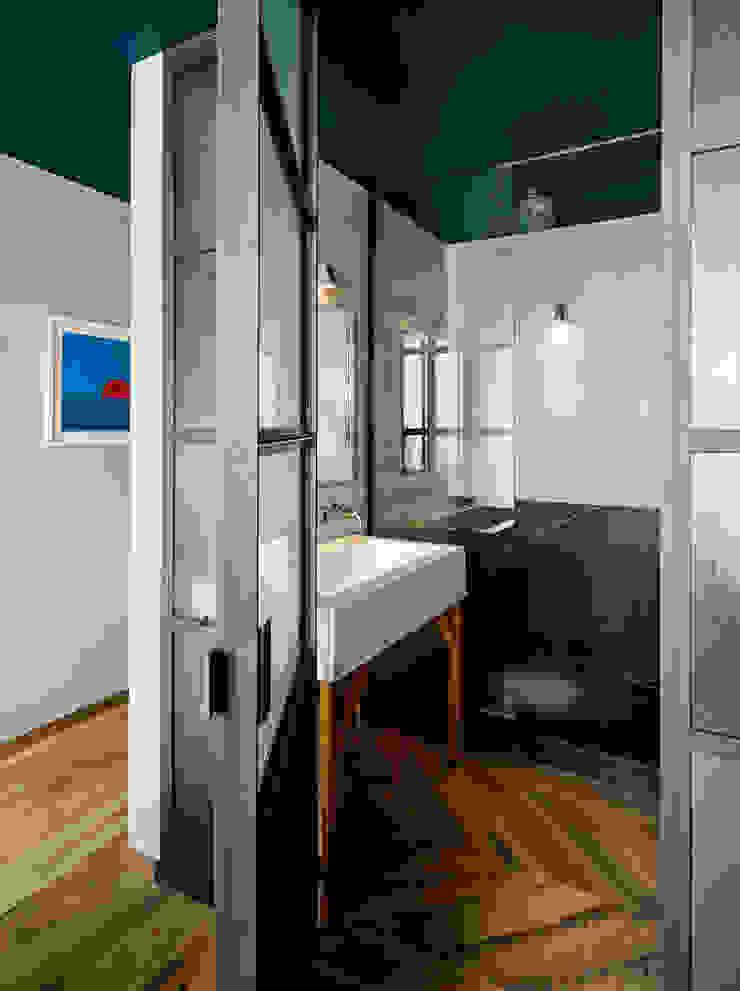 Vinegar Hill Apartment Ванная комната в стиле модерн от General Assembly Модерн