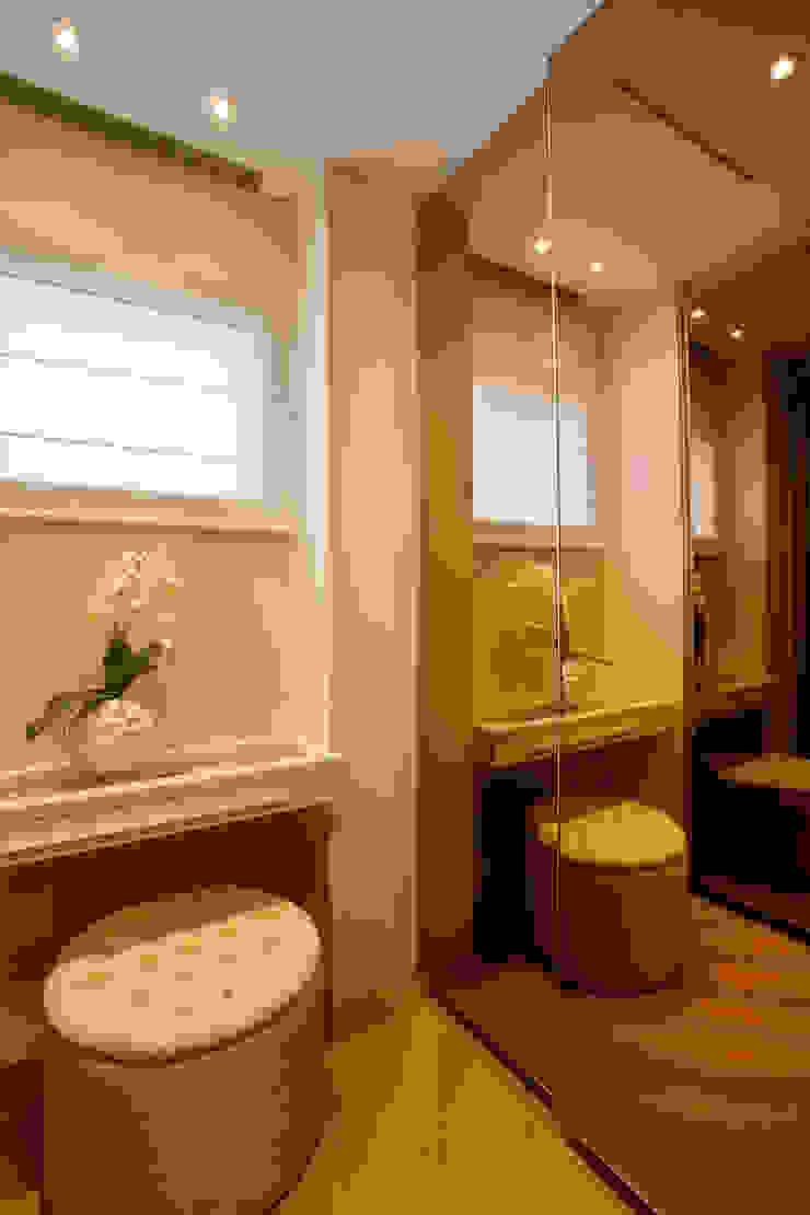 Closets de estilo moderno de Designer de Interiores e Paisagista Iara Kílaris Moderno