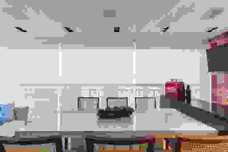 MAISON VITORIA Varandas, alpendres e terraços modernos por Barbara Dundes   ARQ + DESIGN Moderno